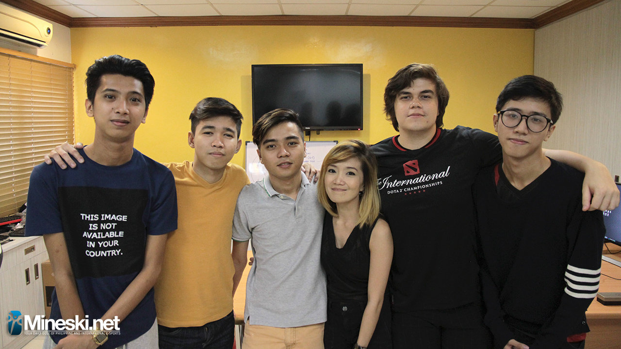 Meracle (far right) together with the rest of the Mineski squad and team manager Yamyam Yui (middle), prior to the most recent reshuffle. Image source: Mineski.net